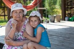Abuela mayor sonriente y nieto feliz que abrazan en el mirador del verano, copyspace Foto de archivo
