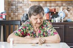 Abuela, píldora, salud y el concepto de una forma de vida sana imagen de archivo libre de regalías
