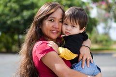 Abuela que abraza al niño Fotos de archivo libres de regalías