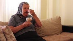 Abuela que come el helado almacen de metraje de vídeo