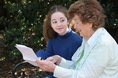 Abuela que comparte la sabiduría Fotografía de archivo libre de regalías