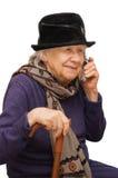 Abuela que habla con un teléfono móvil Imagen de archivo libre de regalías