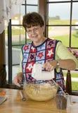Abuela que hace las galletas Fotografía de archivo libre de regalías