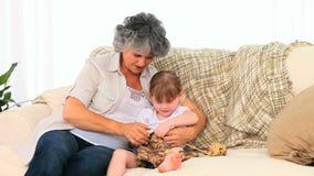 Abuela que hace punto con su nieta almacen de metraje de vídeo
