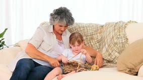Abuela que hace punto con su nieta almacen de video