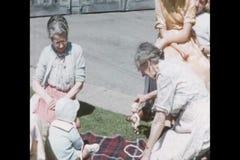Abuela que juega con el bebé en la manta almacen de video