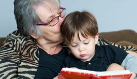 Abuela que lee al nieto foto de archivo libre de regalías