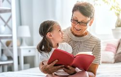 Abuela que lee un libro imágenes de archivo libres de regalías