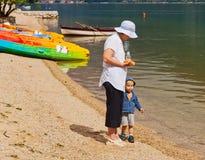Abuela que lleva a cabo la mano del ` s del nieto Fotos de archivo
