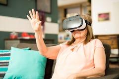 Abuela que lleva los vidrios de la realidad virtual Fotos de archivo libres de regalías
