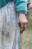 Abuela que sostiene un bastón Imagen de archivo libre de regalías