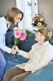 Abuela que visita de la nieta Imagen de archivo