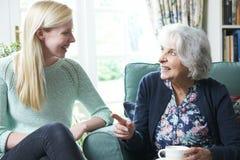 Abuela que visita de la nieta adolescente Imagen de archivo libre de regalías