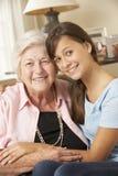 Abuela que visita de la nieta adolescente en casa Imágenes de archivo libres de regalías