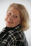 Abuela sonriente atractiva imagenes de archivo