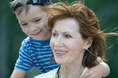 Abuela sonriente con el nieto Foto de archivo libre de regalías