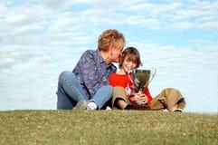 Abuela y muchacho con el trofeo Fotos de archivo libres de regalías