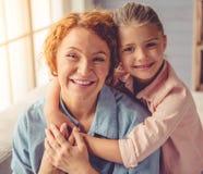 Abuela y niña en casa Fotos de archivo