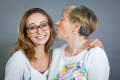 Abuela y nieta cariñosas Fotografía de archivo