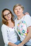 Abuela y nieta cariñosas Foto de archivo libre de regalías