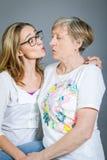 Abuela y nieta cariñosas Foto de archivo