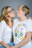 Abuela y nieta cariñosas Imagenes de archivo