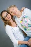 Abuela y nieta cariñosas Fotos de archivo libres de regalías