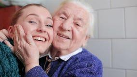 Abuela y nieta felices almacen de metraje de vídeo