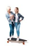Abuela y nieta feliz con el monopatín Fotos de archivo