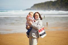 Abuela y nieta que gozan de Océano Atlántico en la playa foto de archivo libre de regalías