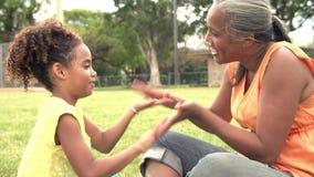 Abuela y nieta que juegan en parque junto metrajes