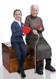 Abuela y nieta que llevan a cabo corazones Imagen de archivo libre de regalías