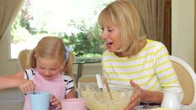 Abuela y nieta que se sientan en metrajes
