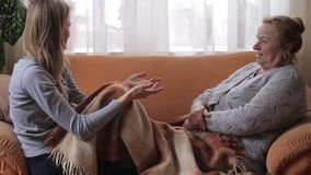 Abuela y nieta que tienen una conversación almacen de metraje de vídeo
