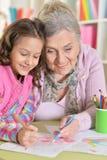 Abuela y nieta que unen Foto de archivo
