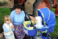 Abuela y nietas en cara del país Imagen de archivo libre de regalías