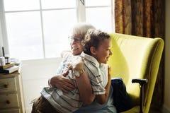 Abuela y nieto que abrazan junto Imágenes de archivo libres de regalías
