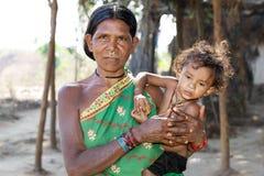 Abuela y nieto tribales indios Imagenes de archivo