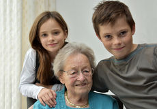 Abuela y nietos fotografía de archivo