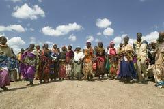 Abuelas, que son los vigilantes de sus niños y nietos que se infecten con HIV/AIDS, danza en Pepo La Tumaini Fotos de archivo libres de regalías