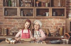 Abuelita con desarrollo de la nieta la pasta Imagenes de archivo