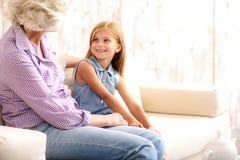 Abuelita que visita del niño lindo en casa Fotos de archivo