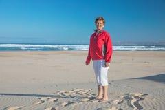 Abuelita sonriente de la playa imagen de archivo