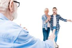 Abuelo, abuela y nieta feliz con el monopatín Imagen de archivo