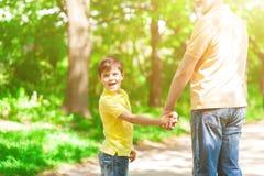 Abuelo alegre y nieto que caminan al aire libre Fotos de archivo libres de regalías