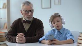 Abuelo chocado por el comportamiento del nieto, educación pobre, falta de respeto para las ancianos metrajes