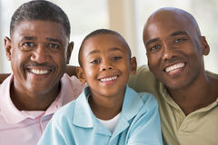 Abuelo con el hijo y el nieto adultos