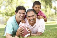 Abuelo con el hijo y el nieto en parque Fotos de archivo libres de regalías