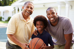 Abuelo con el hijo y el nieto que juegan a baloncesto Fotografía de archivo
