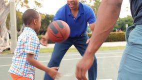 Abuelo con el hijo y el nieto que juegan a baloncesto almacen de metraje de vídeo